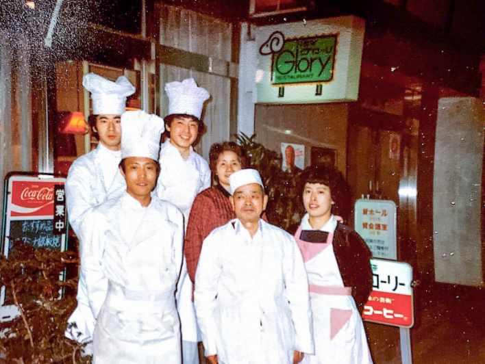 お店をバックに初代マスターを始め、当時の従業員たちとの集合写真です